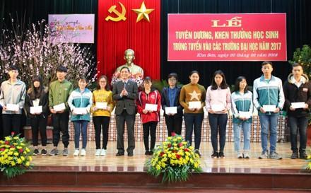 Lãnh đạo huyện trao phần thưởng cho các em học sinh đạt thành tích.
