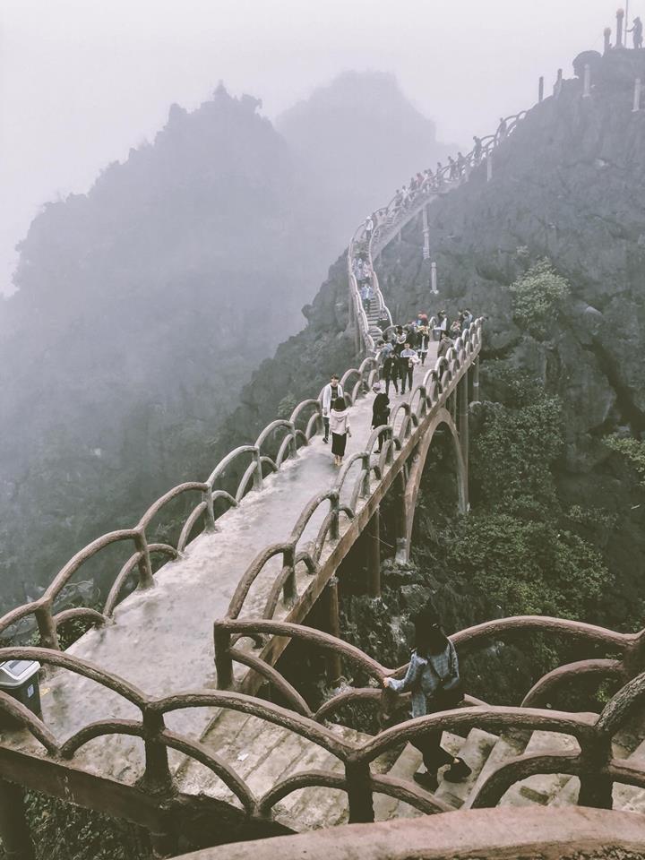 Những ngày đầu xuân giăng giăng chút mưa xuân và đông đúc người đi trẩy hội- Ảnh Đinh Loan