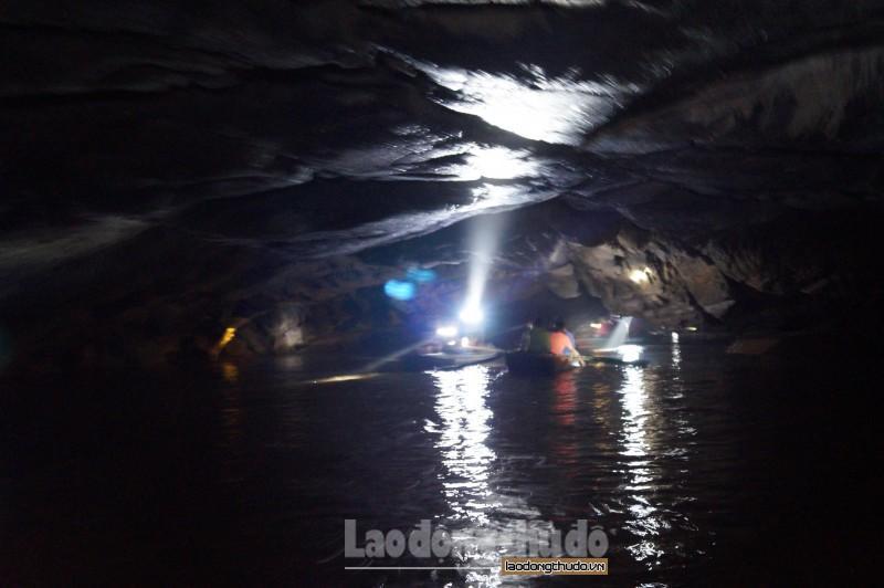 Điểm thú vị nhất của hang Bụt đó chính là trong hang không có hệ thống đèn, khách du lịch và hướng dẫn viên sẽ cầm đèn pin để tham quan.