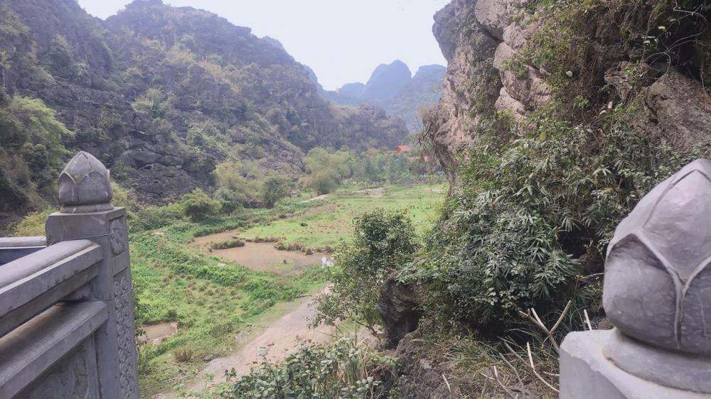 Quay lưng lại có thể thấy một phần quang cảnh của Ninh Bình