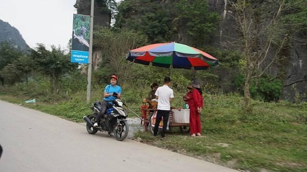 Các quầy bán thịt dê ven tuyến đường du lịch vẫn rất đông du khách hỏi mua.