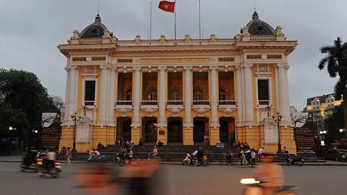 Nhà hát lớn Hà Nội được người Pháp khởi công xây dựng năm 1901 và hoàn thành năm 1911, theo mẫu Nhà hát Opéra Garnier ở Paris.