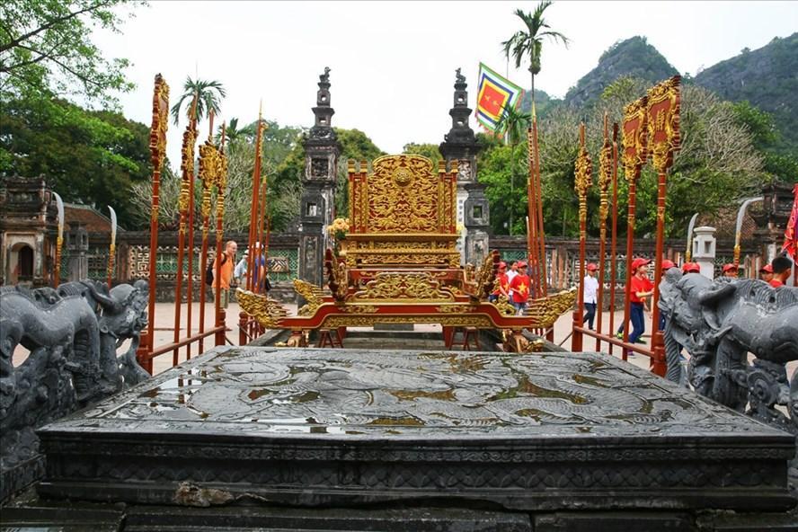 Long sàng bằng đá - Bảo vật Quốc gia tại Đền Đinh Tiên Hoàng Đế. Ảnh: Sơn Tùng