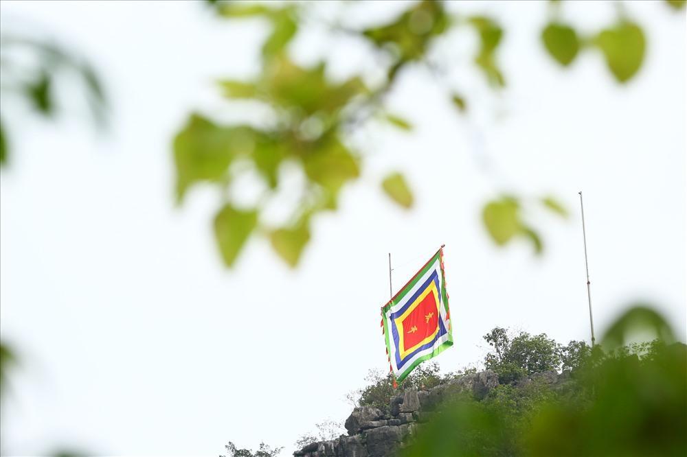 """Lá đại kỳ viết hai chữ """"Thái Bình"""" trên đỉnh núi Mã Yên, nơi có lăng mộ vua Đinh. Ảnh: Sơn Tùng"""