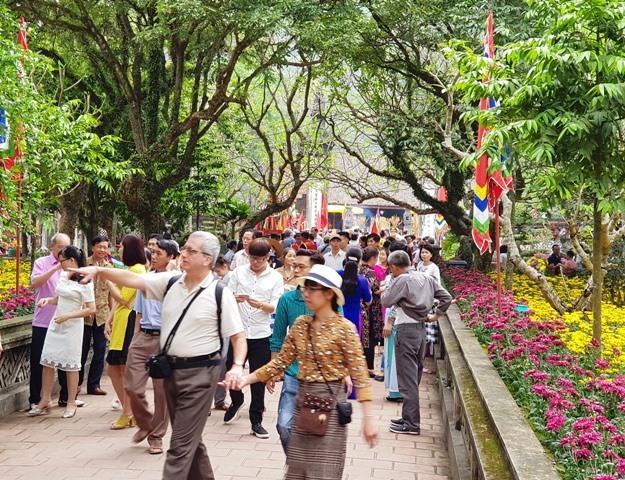 Trong ngày đầu mở cửa miễn phí, đông đảo du khách đã tới tham quan tại Khu di tích Cố Đô Hoa Lư. Ảnh: N