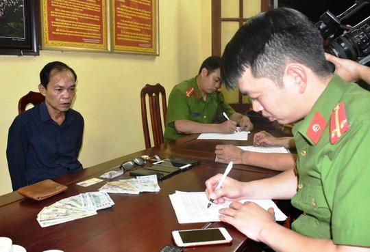 Nguyễn Tấn Đạt tại cơ quan công an - Ảnh: Công an Ninh Bình