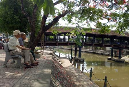 Cụ Nguyễn Ngọc Bích và những người bạn thuở hàn vi ngồi ngắm cây cầu ngói.