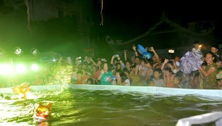 Múa rối nước – trò chơi dân gian thu hút đông đảo du khách trong và ngoài nước cùng với bà con tại khu du lịch tới xem.