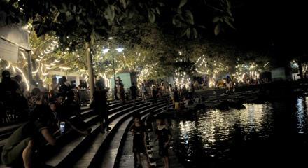 Bến thuyền Văn Lâm về đêm.