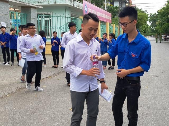 Các tình nguyện viên phát nước uống miễn phí cho thí sinh. Ảnh: NT