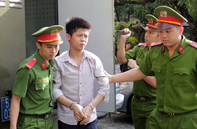 Người nhà nạn nhân gào khóc chửi bới, kẻ sát nhân giết 5 người ở Sài Gòn vẫn cười vui vẻ trước toà - Ảnh 1.
