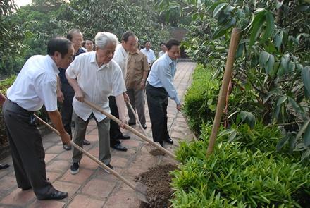 Nguyên TBT Đỗ Mười trồng cây lưu niệm tại Khu di tích lịch sử văn hóa cố đô Hoa Lư. Ảnh: Thế Minh