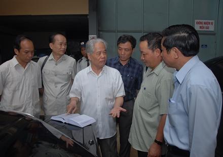 Nguyên TBT Đỗ Mười thăm Nhà máy cơ khí Quang Trung. Ảnh: Thế Minh