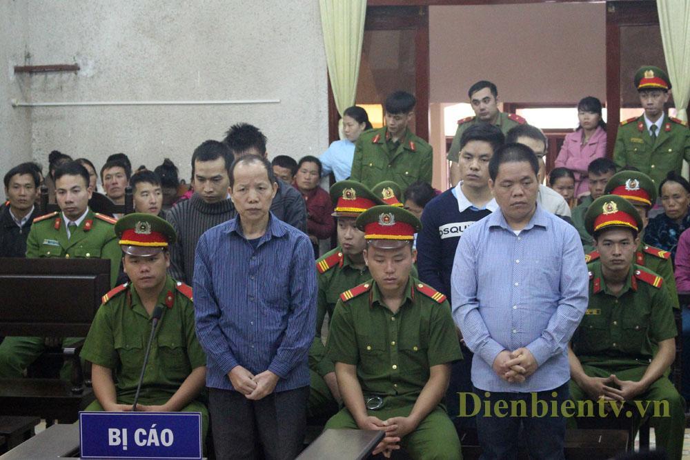 Bị cáo Và Chứ Só (đầu tiên bên trái) và các đồng phạm.