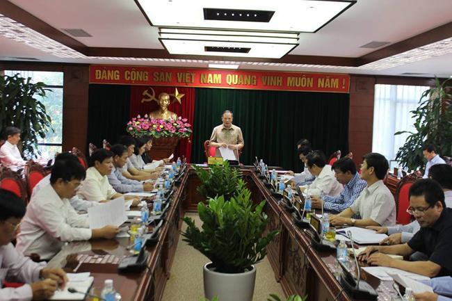 Đồng chí Nguyễn Mạnh Hiển, Bí thư Tỉnh ủy, Trưởng ban Chỉ đạo Đề án sắp xếp, sáp nhập, chia tách các thôn, khu dân cư tỉnh Hải Dương phát biểu tại cuộc họp.