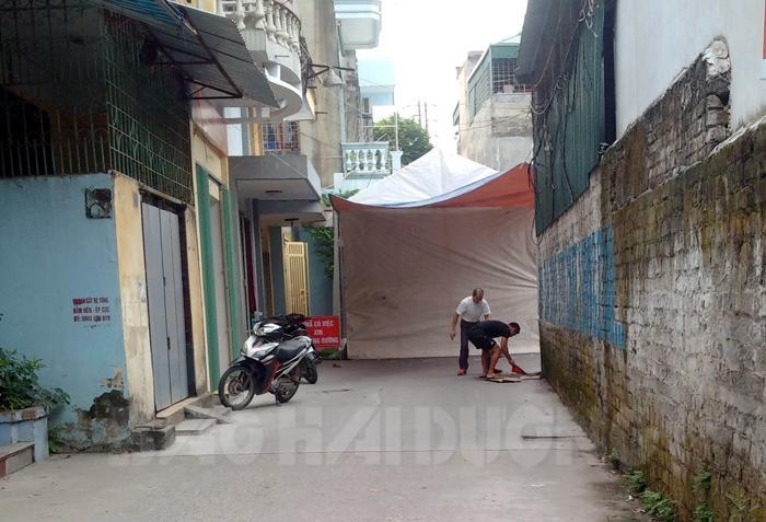 Một rạp cưới được dựng lên đã cản trở toàn bộ ngõ 116 Nguyễn Lương Bằng nối với đường Tuệ Tĩnh. Tất cả xe cộ đi vào gặp chiếc rạp này buộc phải quay đầu