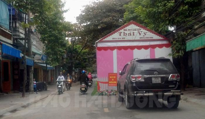 Rạp cưới lấn chiếm 1/2 lòng đường phố Quang Trung, cách UBND phường Quang Trung chỉ khoảng 100 m. Đây là 1 trong 11 tuyến phố thành phố đã cấm dựng rạp