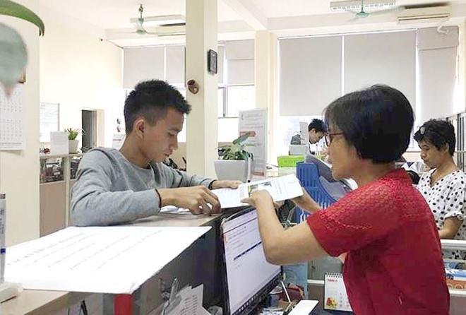 Việt làm thủ tục tại trường Bách Khoa. Ảnh: Zing