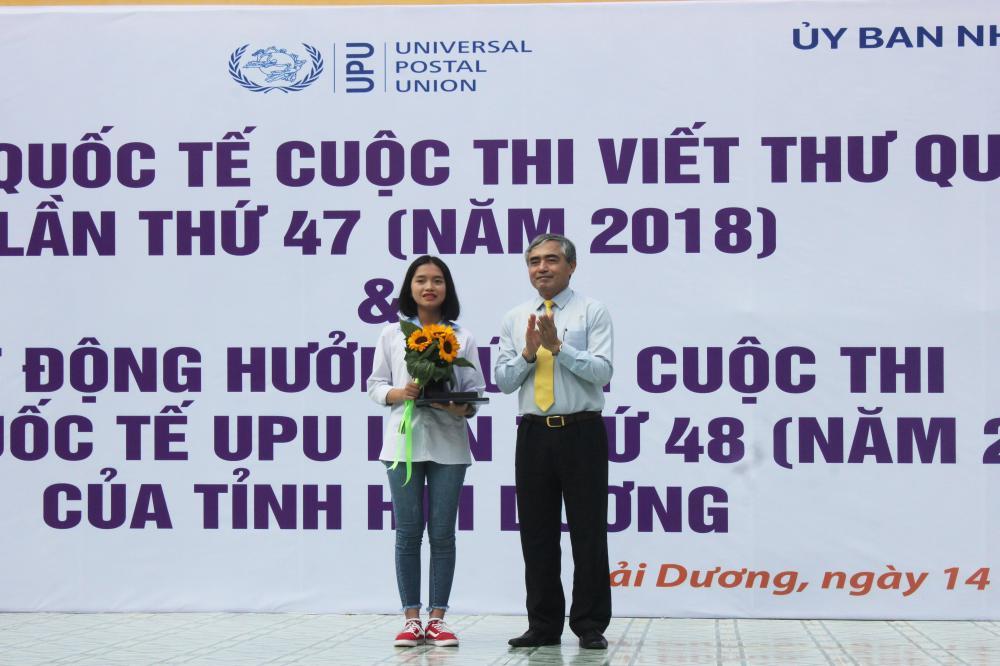 Thứ trưởng Bộ TTTT Nguyễn Minh Hồng trao giải Ba quốc tế Cuộc thi viết thư quốc tế UPU lần thứ 47 cho em Nguyễn Thị Bạch Dương.