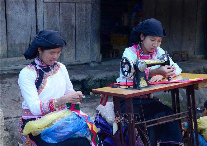 Phụ nữ Xạ Phang may trang phục truyền thống.