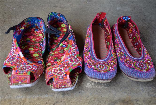 Giày thêu trong bộ trang phục của nam và nữ ở người dân tộc Xạ Phang.