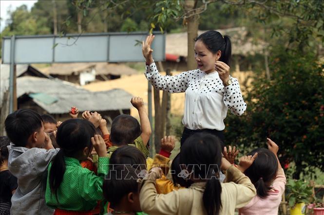 Cô Miên dạy cho các em nhỏ trường Mầm non số 2 Mường Mươn. Ảnh: Phan Tuấn Anh/TTXVN