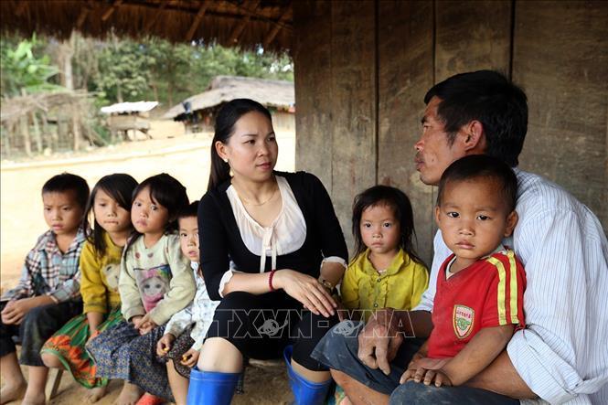 Cô Miên đến từng nhà động viên bố mẹ các em đưa con tới trường. Ảnh: Phan Tuấn Anh/TTXVN