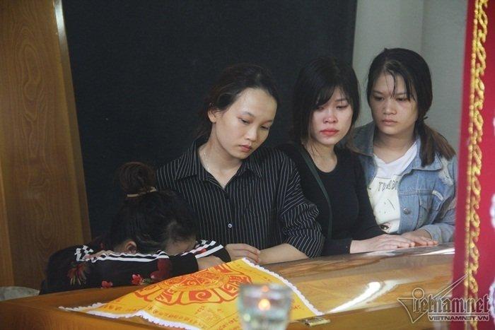 Người thân khóc ngất bên linh cữu các nạn nhân