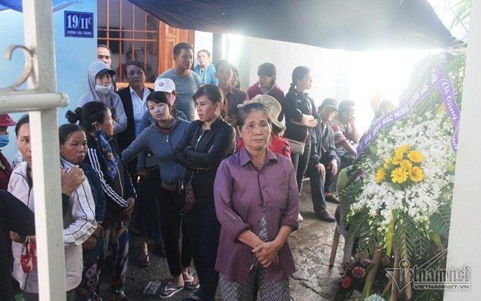 Người dân tập trung về nhà ông Trần Kim Anh, nơi để linh cữu gia đình anh Trần Hoàng Ph