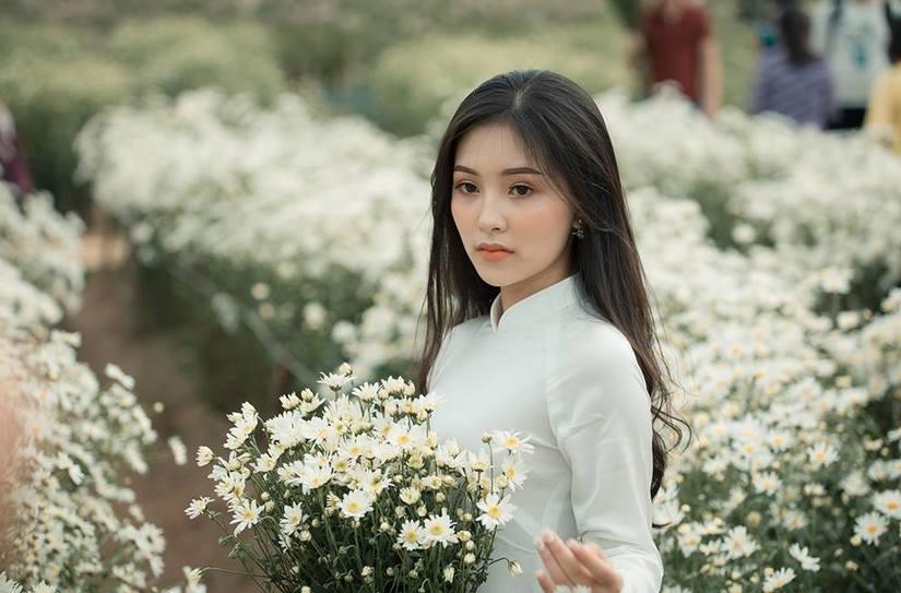 Vẻ đẹp nền nã của loài hoa trắng kết hợp với sự duyên dáng của thiếu nữ trong tà áo dài khiến nhiều người say lòng