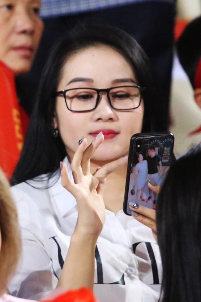 Khi đi cổ vũ bạn trai thi đấu, dân tình cũng để y Ngọc Quyên dùng ốp điện thoại in hình Tiến Linh.