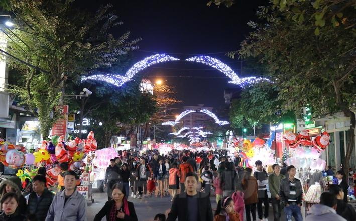 Tuyến đường từ Quảng trường Độc lập vào Nhà thờ Hải Dương chật kín người dân đón Giáng sinh