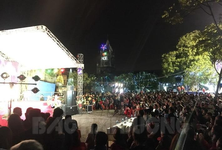 Người dân  tập trung tại khu vực sân khấu Nhà thờ Phú Tảo để xem chương trình văn nghệ