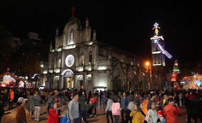 Phía trong Nhà thờ Hải Dương, ngoài đông đảo giáo dân dự lễ, nhiều người dân, học sinh, sinh viên... cũng đến nhà thờ để tận hưởng không khí Giáng sinh