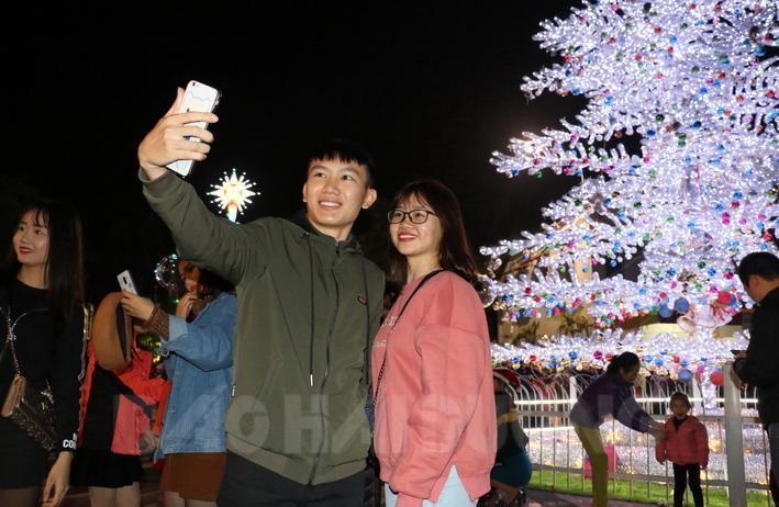 Lễ Noel được nhiều bạn trẻ, đặc biệt là các cặp đôi yêu nhau đợi chờ