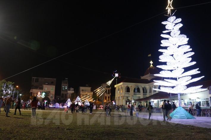 Nhà thờ Kim Lai, khu dân cư 16, phường Ngọc Châu (TP Hải Dương) cũng rực rỡ ánh điện trong đêm Giáng sinh