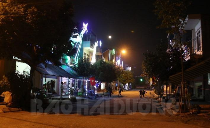 Tất cả nhà dân ở Giáo xứ Kim Lai đều trang trí đèn điện lung linh
