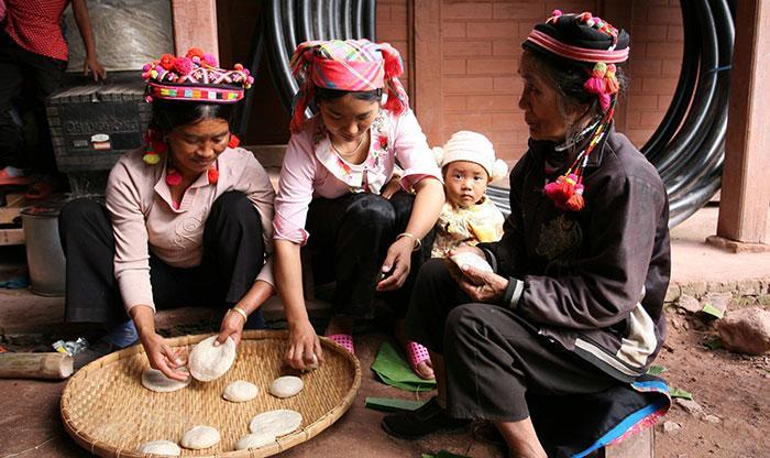 Người Hà Nhì, xã Sín Thầu giã bánh dầy trong ngày tết cổ truyền. Ảnh: Sầm Phúc