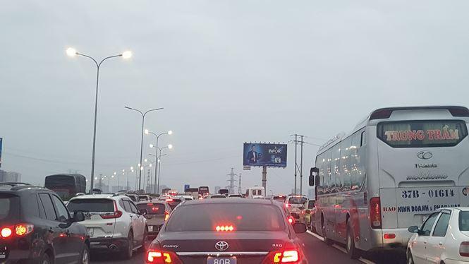 Dòng xe ùn tắc dài hàng cây số về Hà Nội