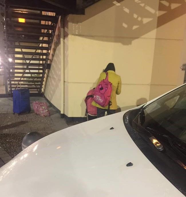 Tài khoản FB Nguyễn Văn D. bắt gặp Bella tay xách nách mang đẩy con đi giữa đêm lạnh buốt.