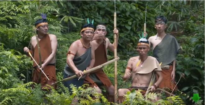Những người dân Bản Tình bị miêu tả rất kì dị và lạc hậu