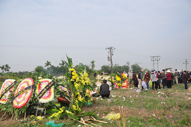 5 nấm mộ cạnh nhau, thẳng hàng trong vòng bán kính khoảng 100 mét.