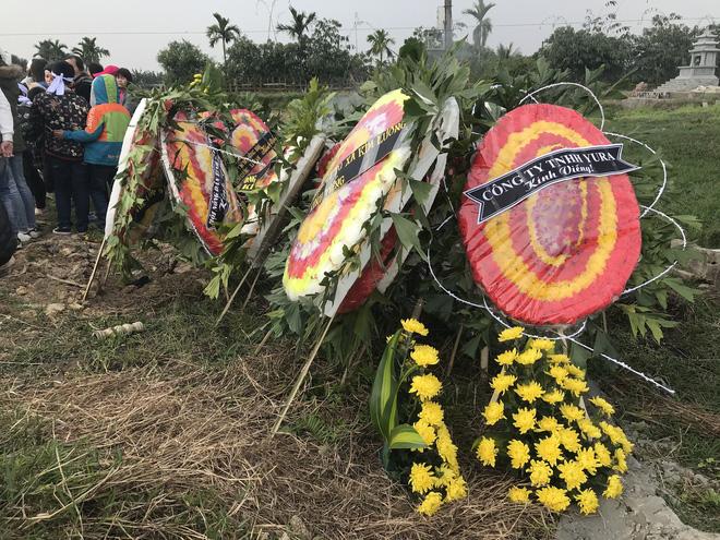 Hàng trăm vòng hoa xếp quanh khu vực nghĩa trang thôn Lương Xá Nam sáng 23/1.
