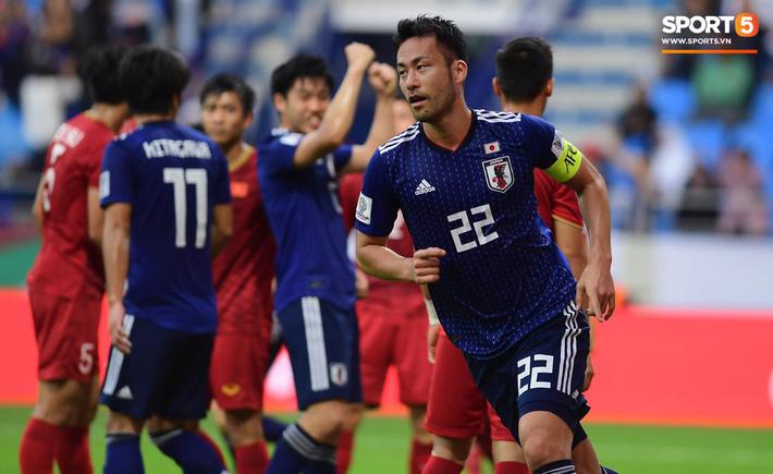 Maya Yoshida ăn mừng hụt trong bàn thắng đầu tiên. Ảnh: Tùng Lê.