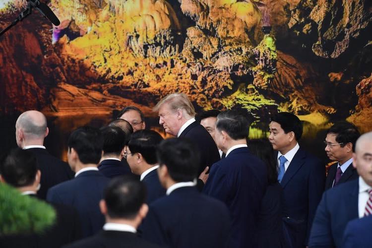 Thủ tướng Nguyễn Xuân Phúc giới thiệu với ông Donald Trump danh thắng Phong Nha Kẻ Bàng (Quảng Bình). Ảnh: Ngọc Thành