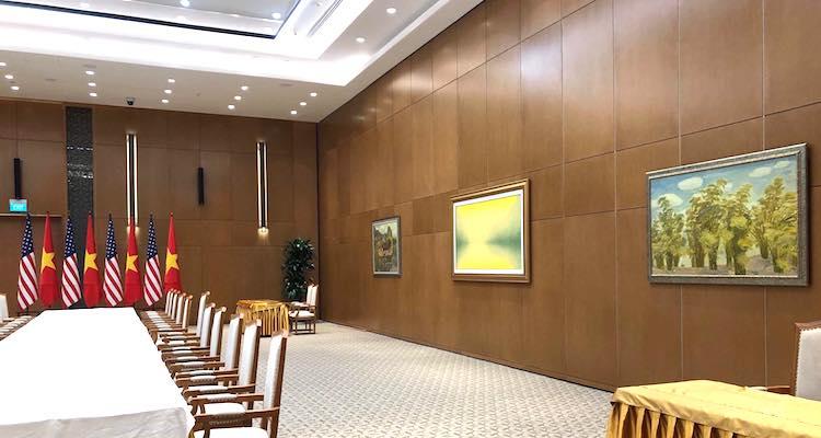 Ba bức tranh Quê hương thanh bình, Tre và Chùa Thầy được treo trên tường phòng họp của Thủ tướng Nguyễn Xuân Phúc với Tổng thống Mỹ Donald Trump sáng 27/2. Ảnh: Liên Hương.