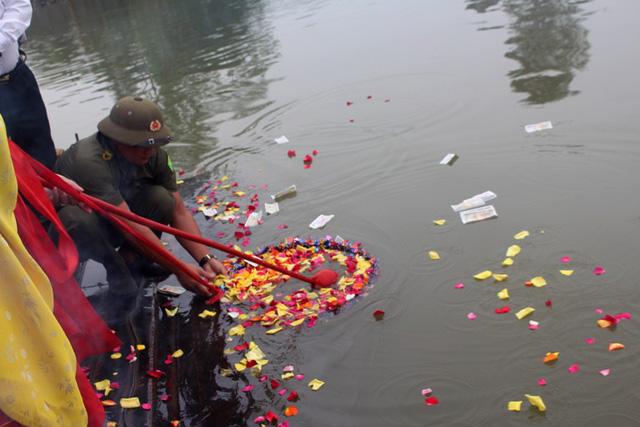 Nghi lễ lấy nước thiêng tại ngã ba sông Tranh. Ảnh: Đ.Tùy