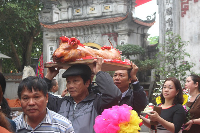 Lễ vật được người dân mang đến đền Tranh trong ngày khai hội. Ảnh: Đ.Tùy
