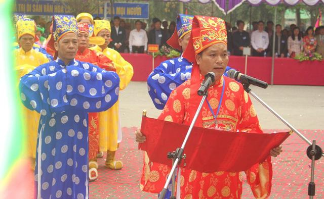 Thành viên BTC tiến hành các nghi lễ trong khai hội