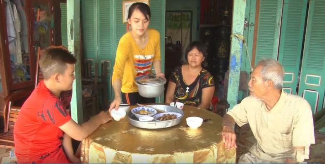 Cô gái 21 tuổi vừa kiếm tiền vừa chăm lo cho gia đình 4 người